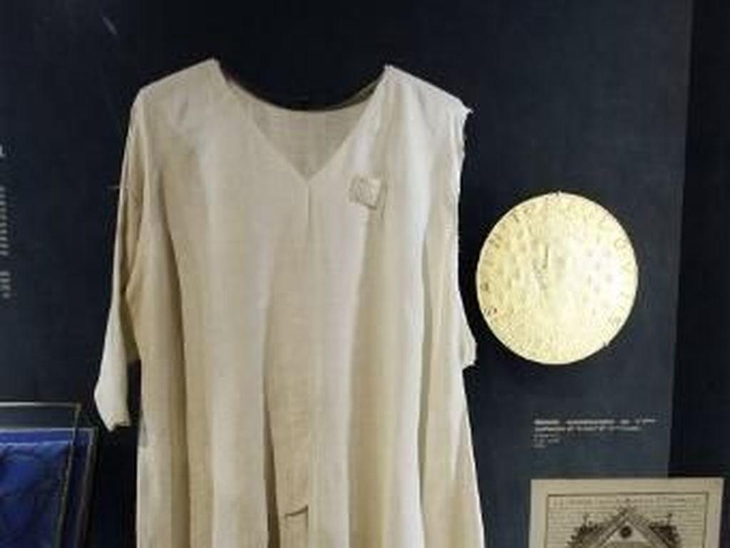 Notre Dame Terbakar, Baju Berusia 700 Tahun Berhasil Diselamatkan
