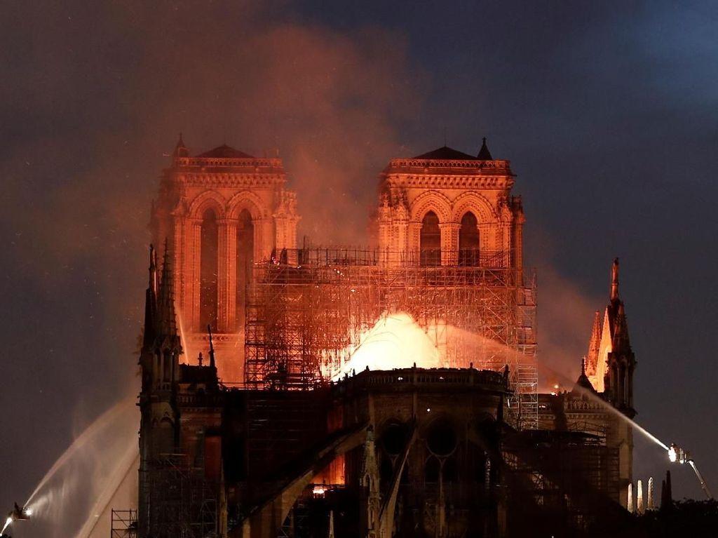 Gereja Notre Dame Terbakar, Anggun hingga Julie Estelle Terpukul
