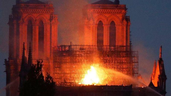 Foto Gereja Katedral Notre Dame di Paris, Prancis, yang terbakar. (Foto: BBC World)