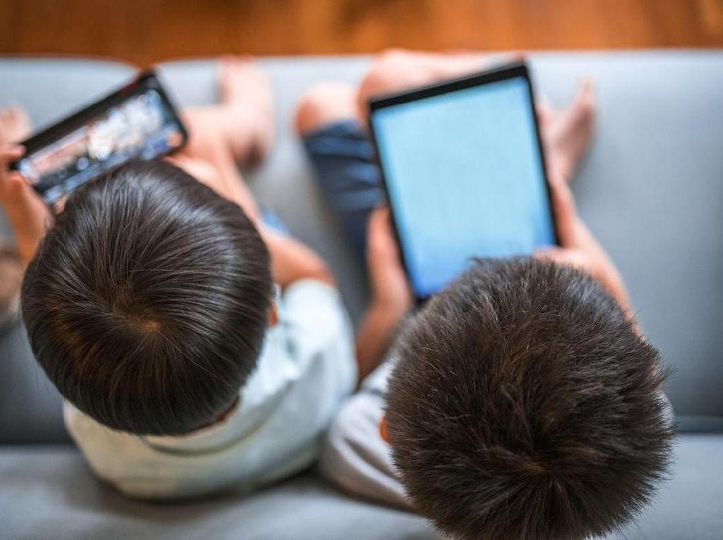 Viral Mata Menghitam Efek Main Ponsel, Ini Efek Psikis Bohongi Anak