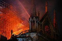 Katedral Notre-Dame di Paris, Prancis, terbakar pada Senin (15/4/2019) malam.