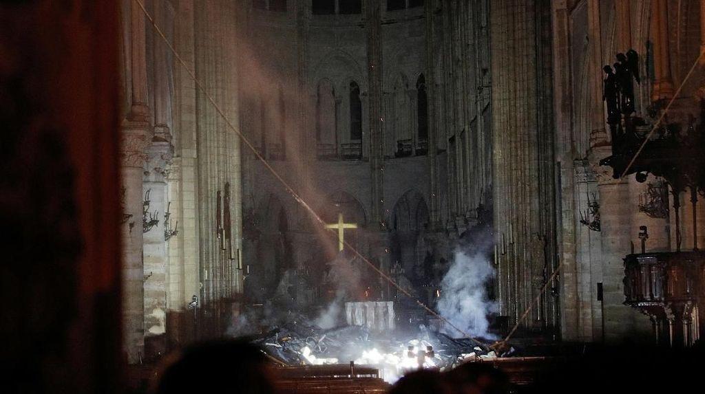 Melihat Bagian Dalam Katedral Notre-Dame yang Dilanda Kebakaran