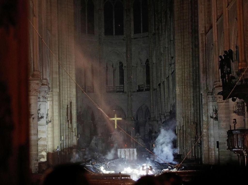 Prancis Tolak Usul Trump Pakai Pesawat Pemadam Atasi Kebakaran Notre-Dame