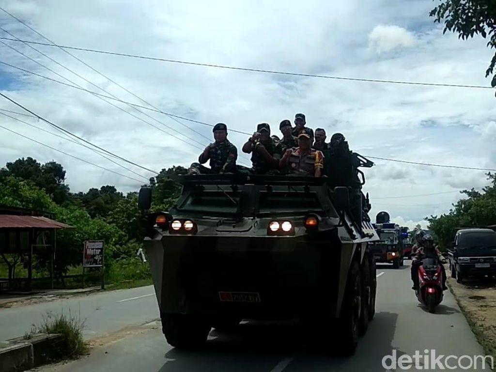 Jelang Pencoblosan, Polda-TNI Patroli Gunakan Panser Anoa di Kendari