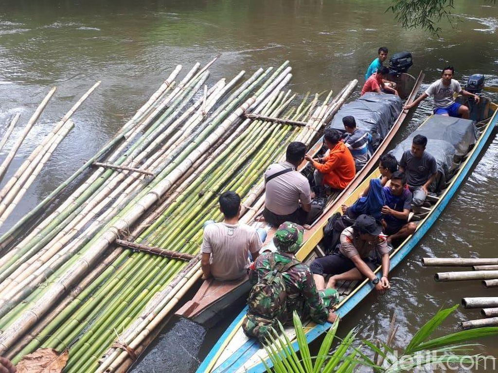 Di Pelosok Riau, Petugas Kirim Surat Suara Susuri Sungai 10 Jam