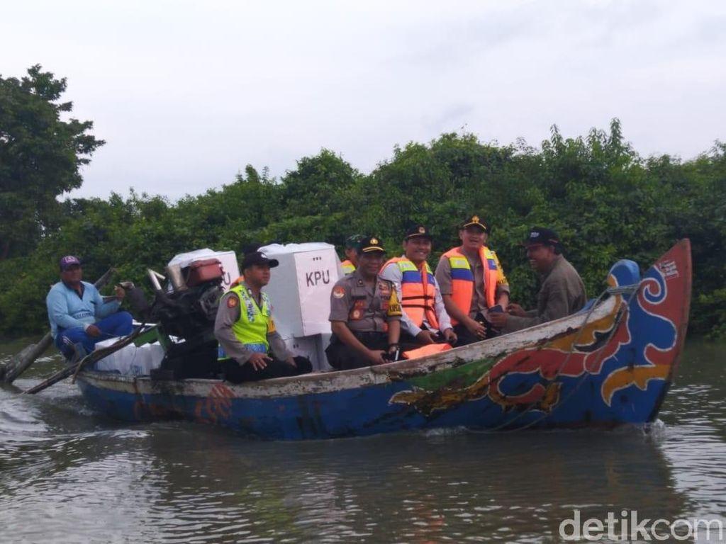 Dua Pedukuhan di Demak, Distribusi Logistik Pemilu Pakai Perahu