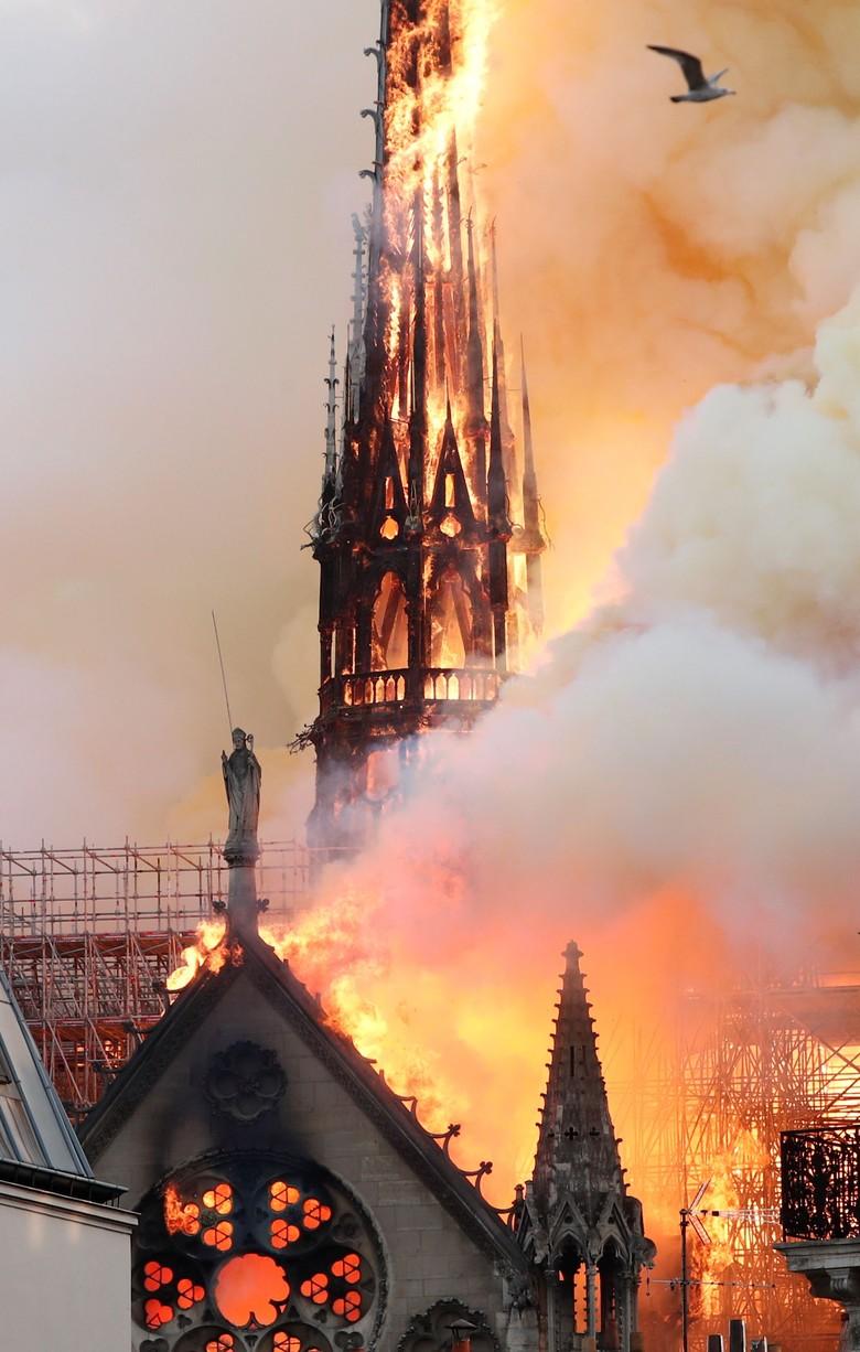 Terbakar, Atap Gereja Katedral Notre Dame Runtuh