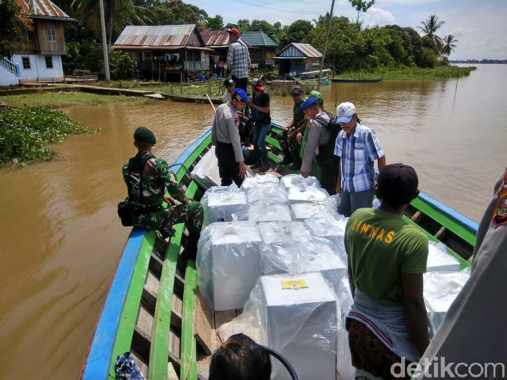 TNI-Polri Kawal Pengiriman Surat Suara di Perairan Sungai Musi
