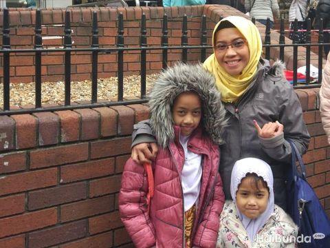 Dhani Yuanita dan kedua putrinya di London, Inggris/