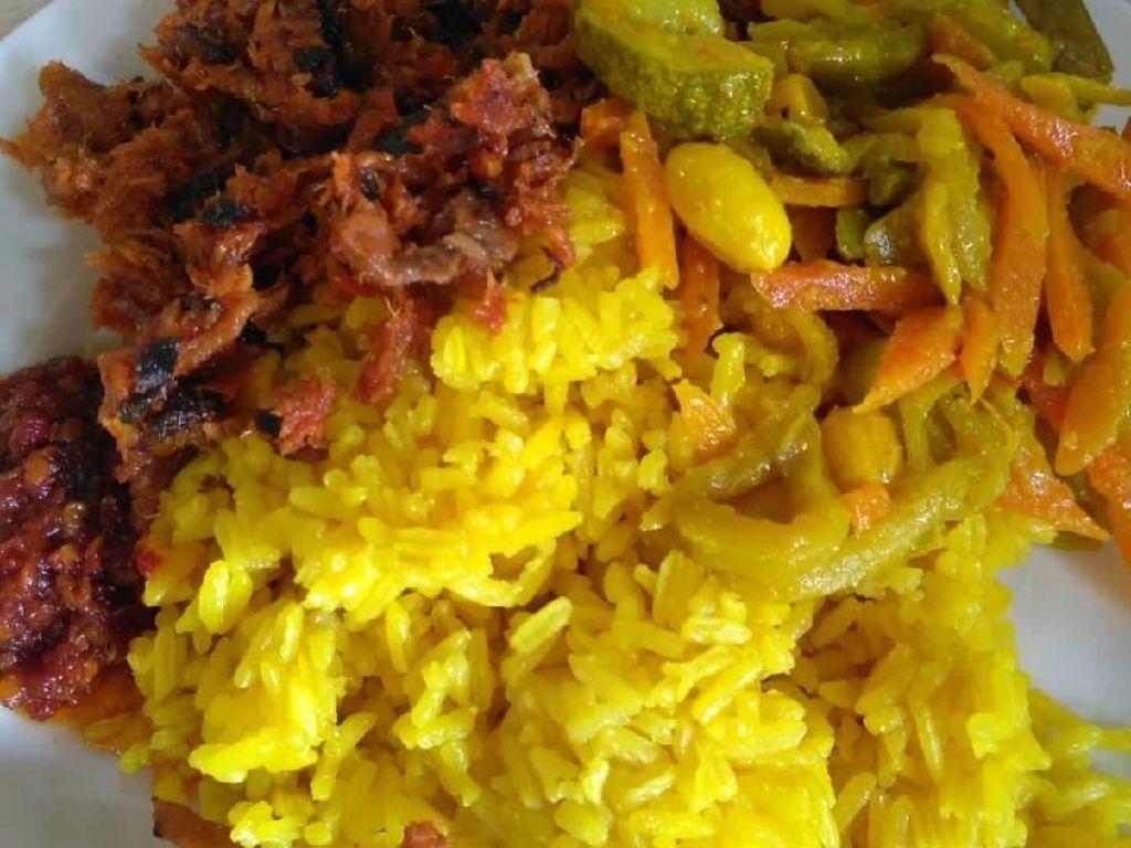 Sedap Sekali! Pagi-pagi Makan Nasi Kuning Manado yang Pedas Gurih