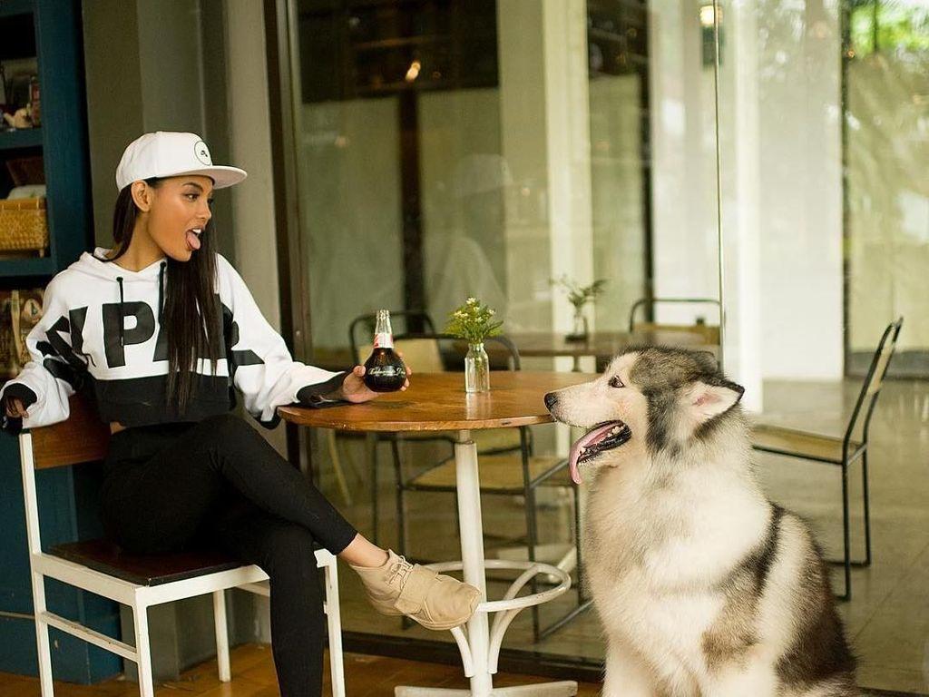 Berpacaran dengan Aldi Eks CJR, Ini Gaya Ngopi Model Erika Carlina