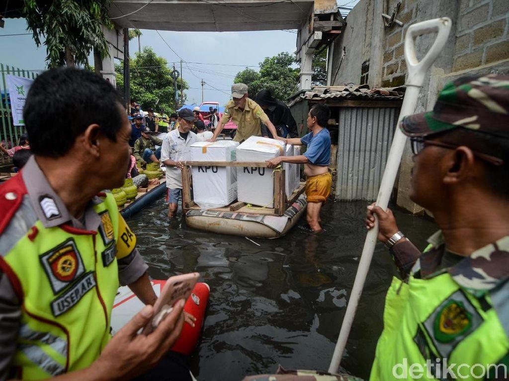 Aksi Petugas Distribusikan Logistik Pemilu di Tengah Banjir