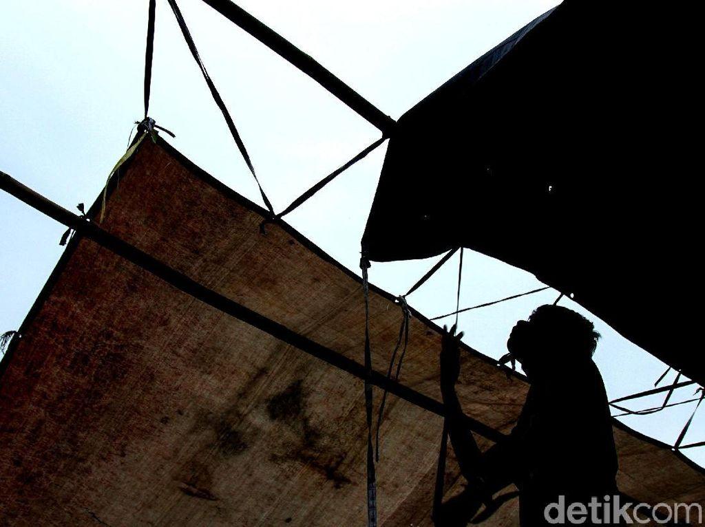 Antusias Warga Bangun TPS di Kawasan Pasar Jembatan Lima
