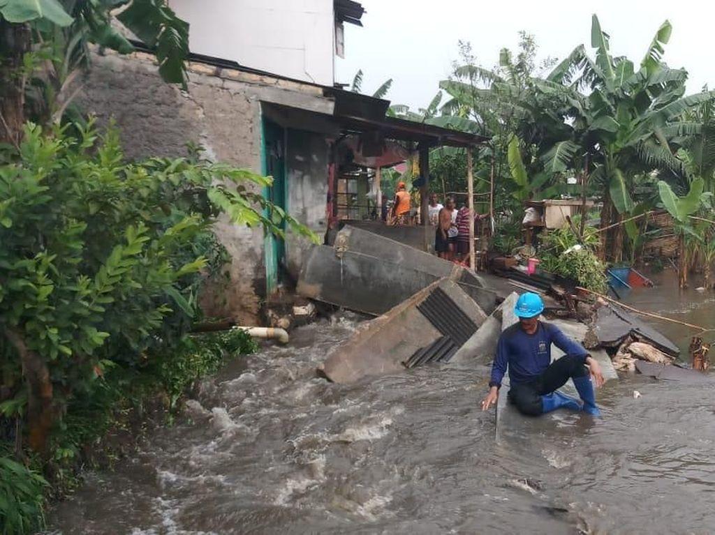 Tanggul Jati Padang Jebol Lagi, 2 Rumah Warga Ambrol Kena Banjir
