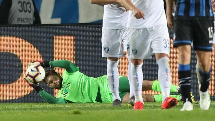 Kiper Empoli Bartlomiej Dragowski menangkap bola dari tendangan pemain Atalanta. Kiper Polandia itu membuat 17 saves, dari 47 gempuran Atalanta yang nihil gol ke gawang Empoli. (Foto: Gabrielle Maltini/Getty Images)