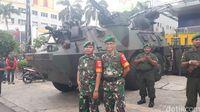 H-1 Pencoblosan, TNI Siagakan Panser Anoa di Kawasan Glodok