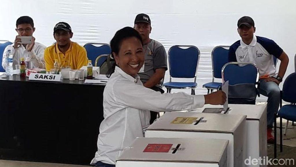 Menteri Rini Semringah Banget Saat Nyoblos