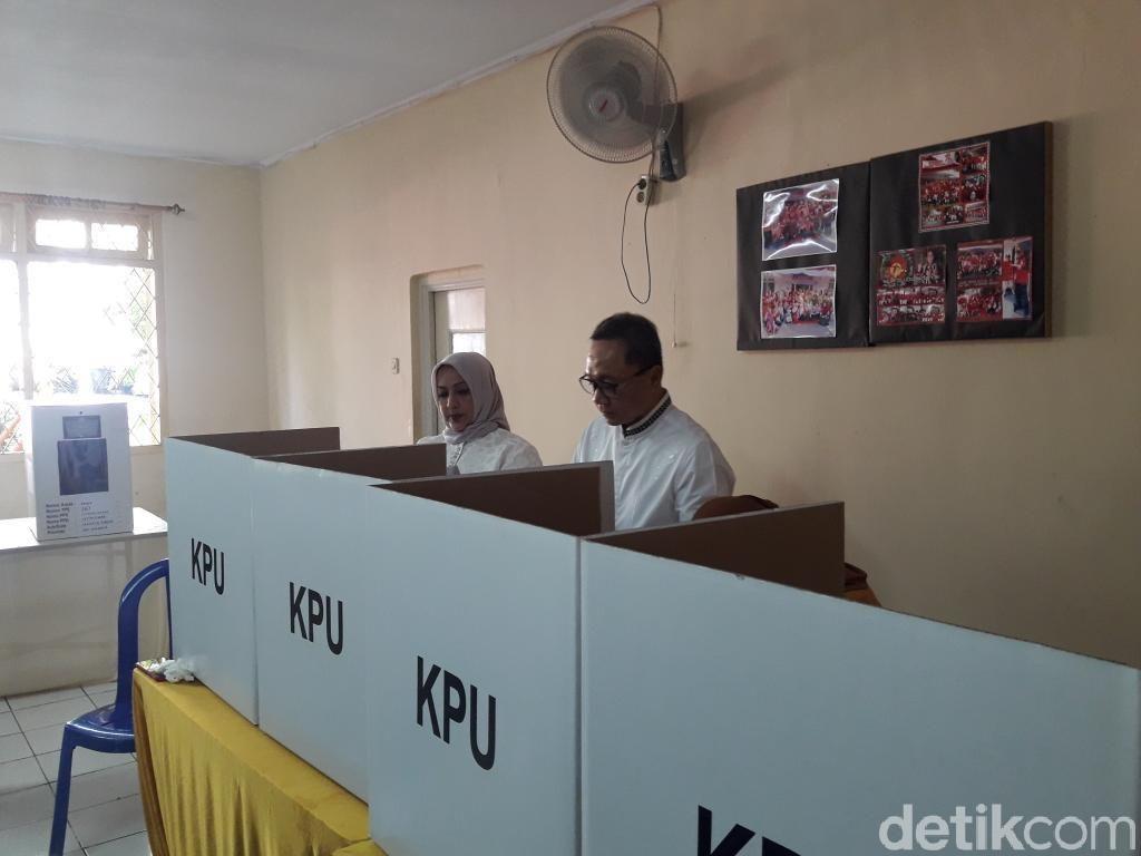 Nyoblos Bareng Istri, Zulkifli Hasan Anggap Pemilu Sukses Kalau Rukun Kembali