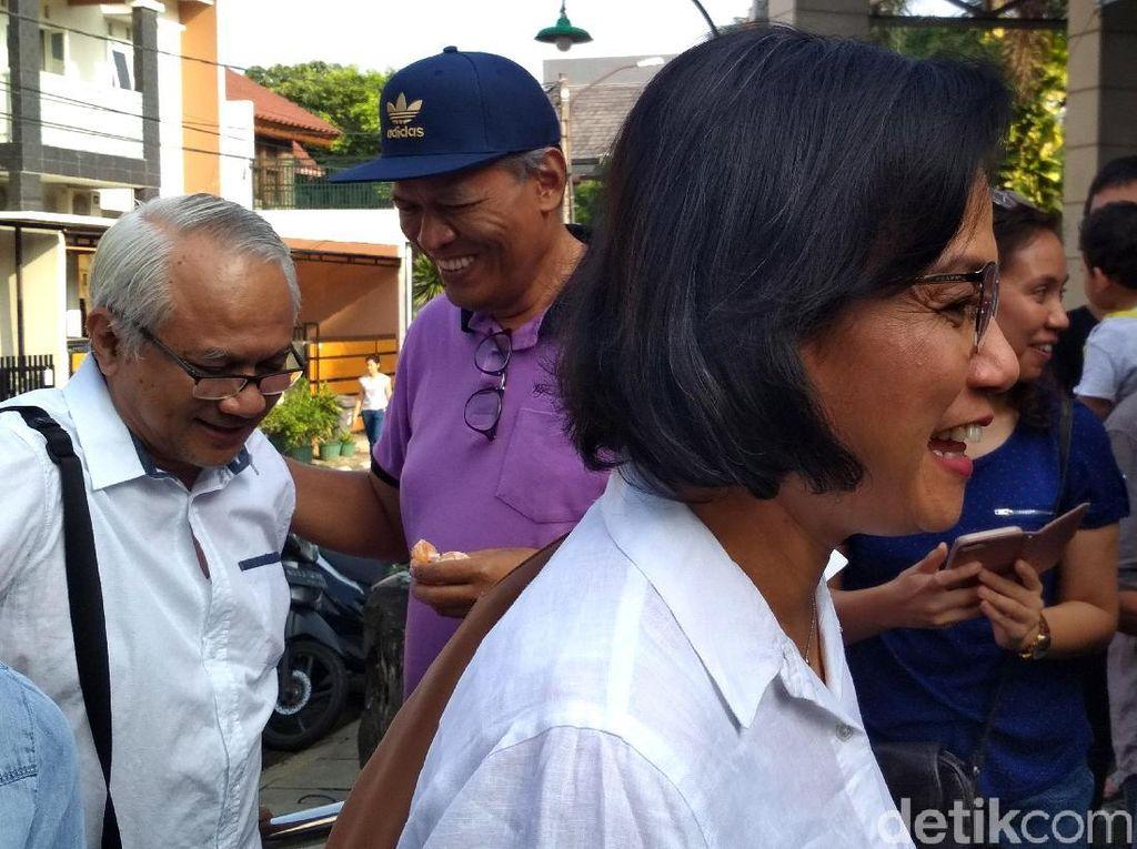 Momen Sri Mulyani Nyoblos Bareng Suami di TPS Bintaro