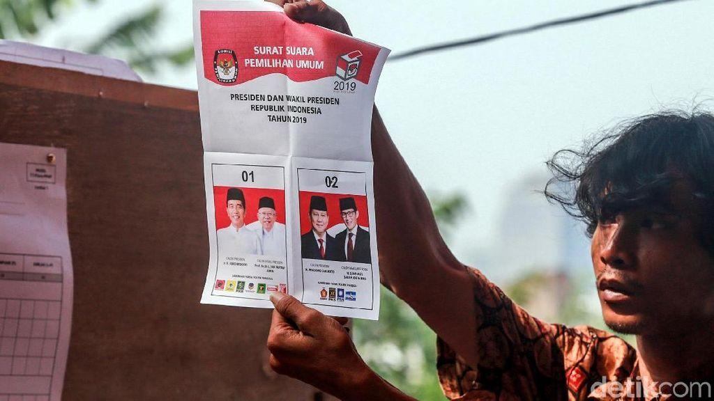 Petugas Mulai Hitung Surat Suara di TPS
