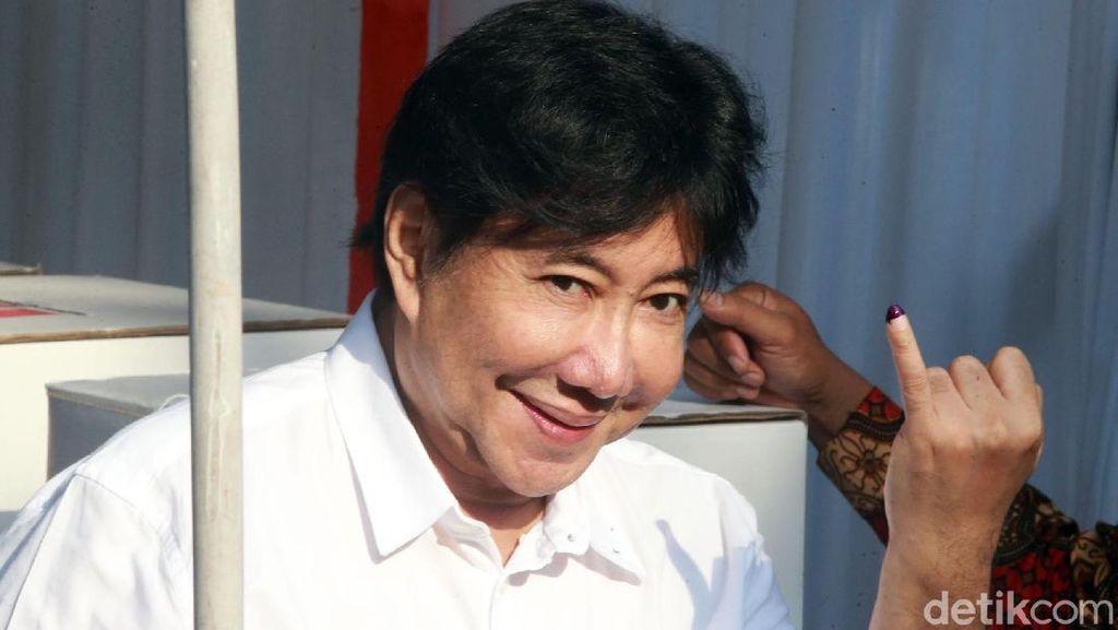Pose Guruh Soekarnoputra Usai Mencoblos di TPS
