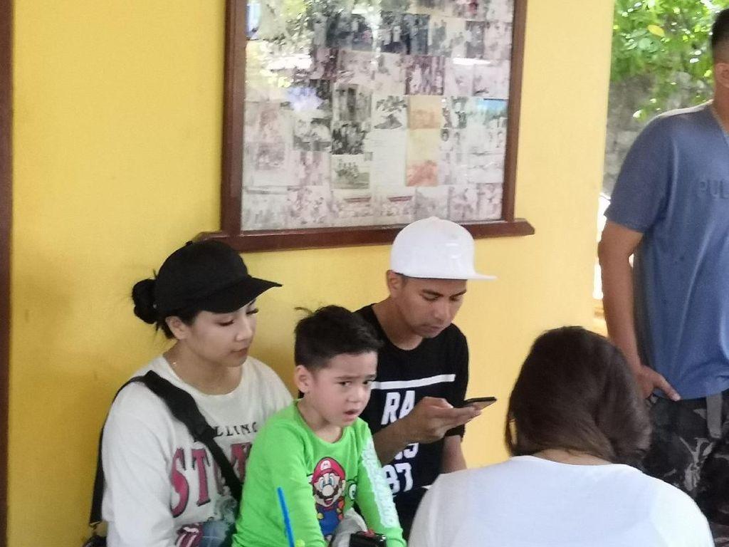 Ke TPS, Raffi dan Gigi Ajak Rafathar Nyoblos
