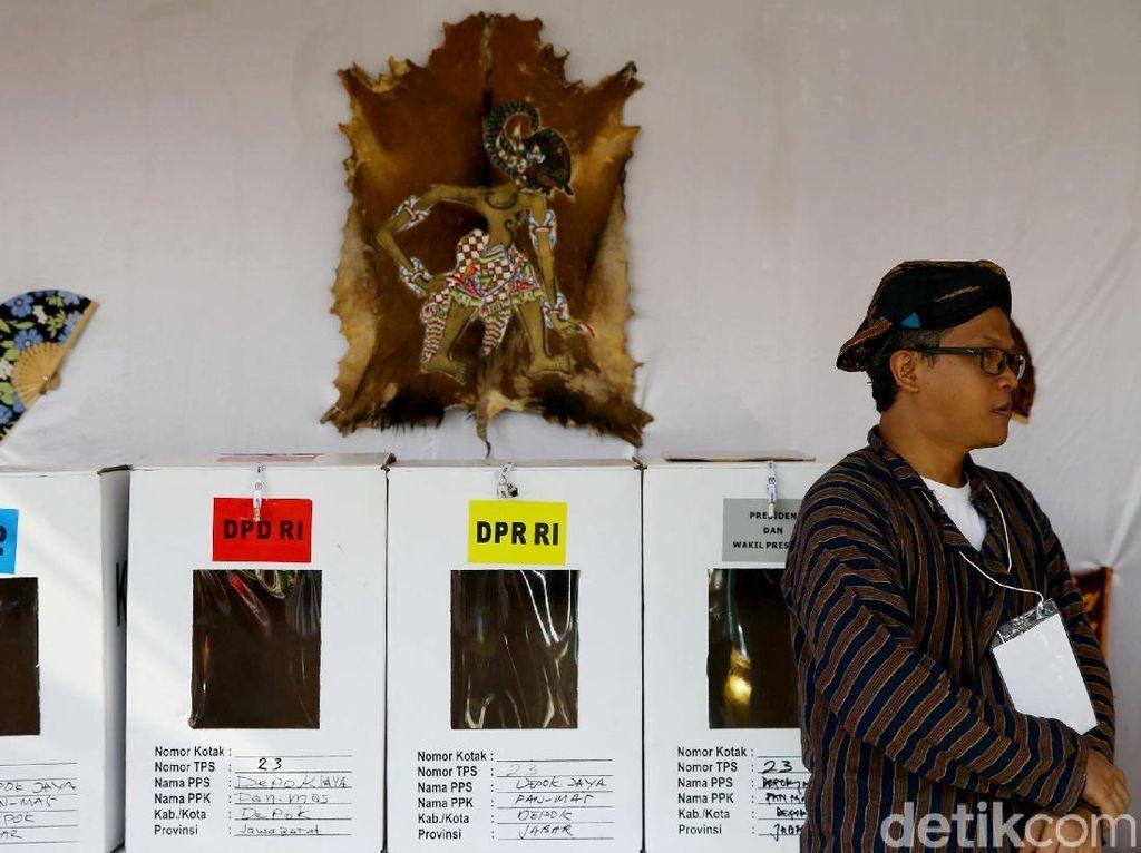 Unik! Petugas di TPS Nusantara Pakai Baju Adat Khas Indonesia