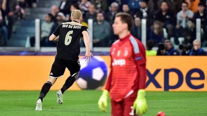 Ajax Donny van de Beek menilai Ajax seharusnya bisa cetak lima gol ke gawang Juventus. ( Foto: Reuters)