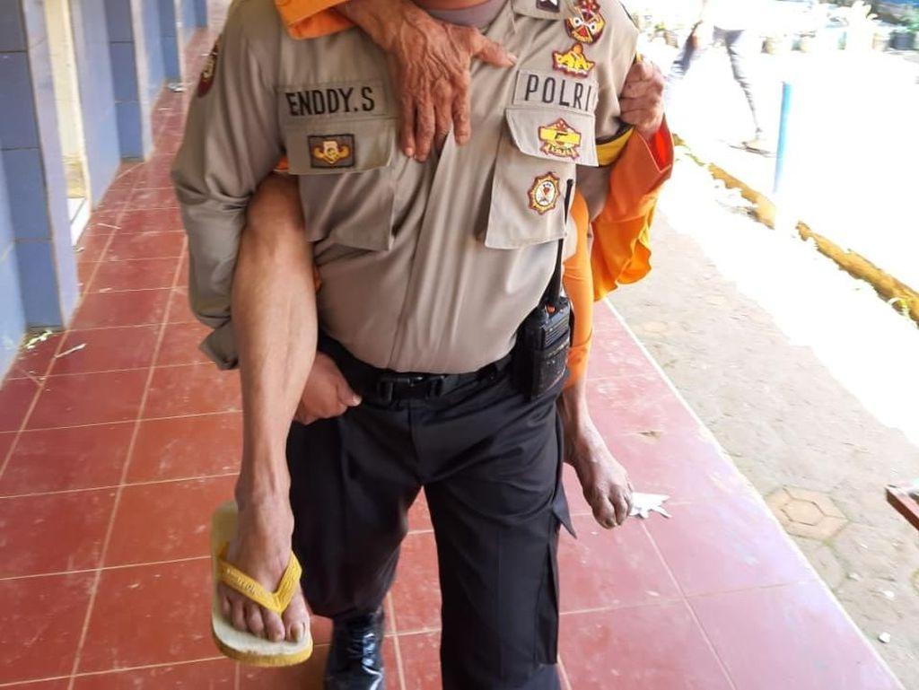 Polisi Sumedang Gendong Suami-Istri Jompo ke TPS