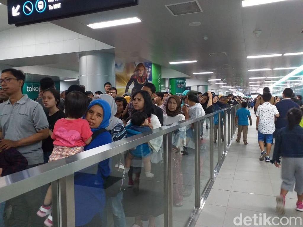Padatnya MRT Jakarta Usai Mencoblos