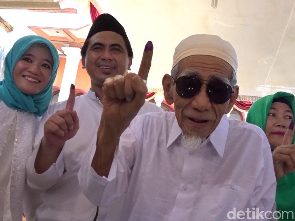 Isyarah yang Membuat Keluarga Rela Mbah Moen Dimakamkan di Mekah