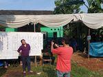 Pemilu Ceria, Warga Tangsel Ini Foto-foto Usai Nyoblos
