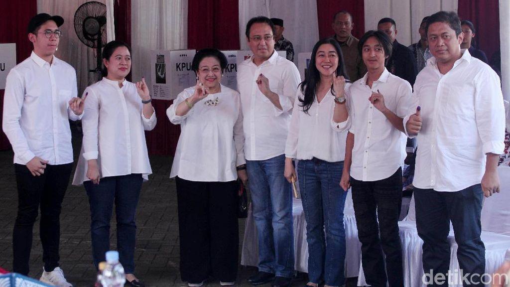 Berbaju Putih, Megawati dan Keluarga Kompak Pamer Kelingking Bertinta