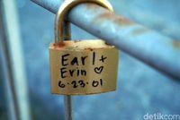 Gembok cinta bertuliskan nama pasangan (Wahyu Setyo/detikcom)