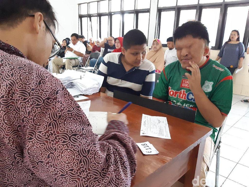 Mantap! Penyandang Disabilitas Antusias Nyoblos di TPS Wyataguna
