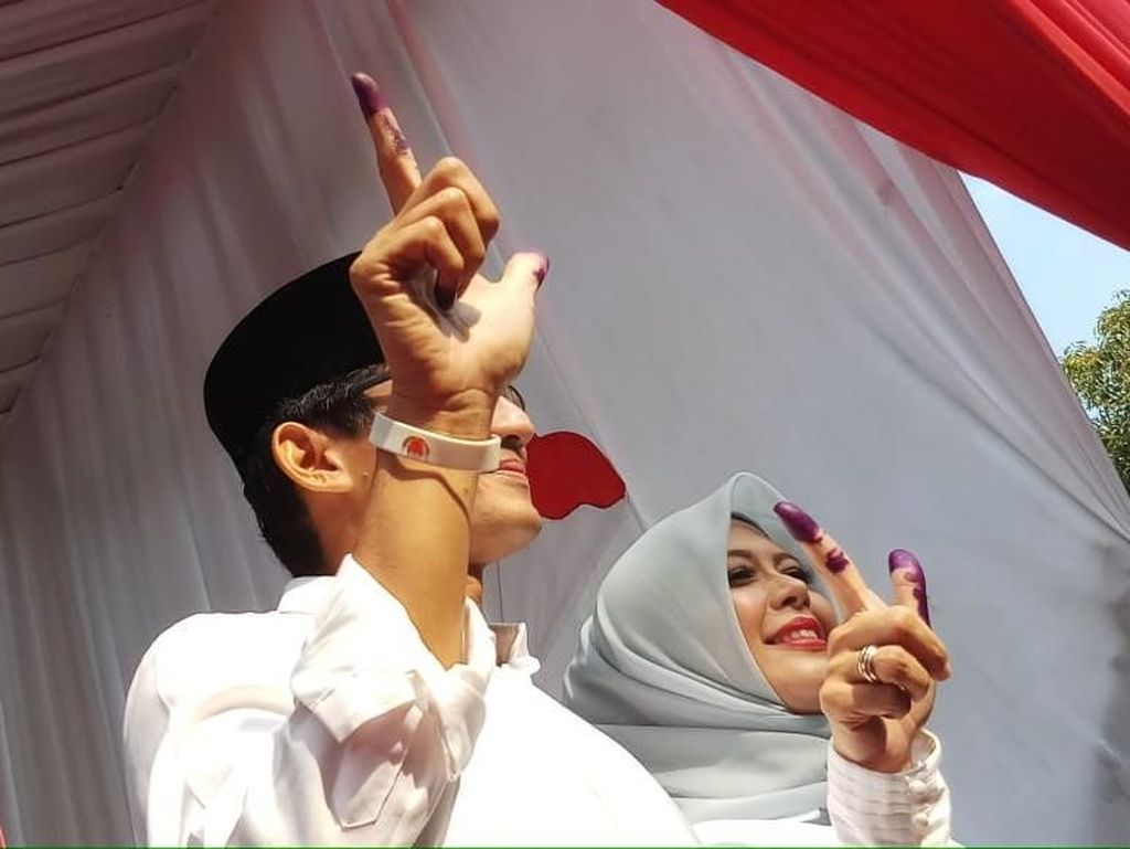 Gaya Istri Sandiaga Saat Nyoblos, Pakai Kemeja Putih dan Hijab Biru Andalan