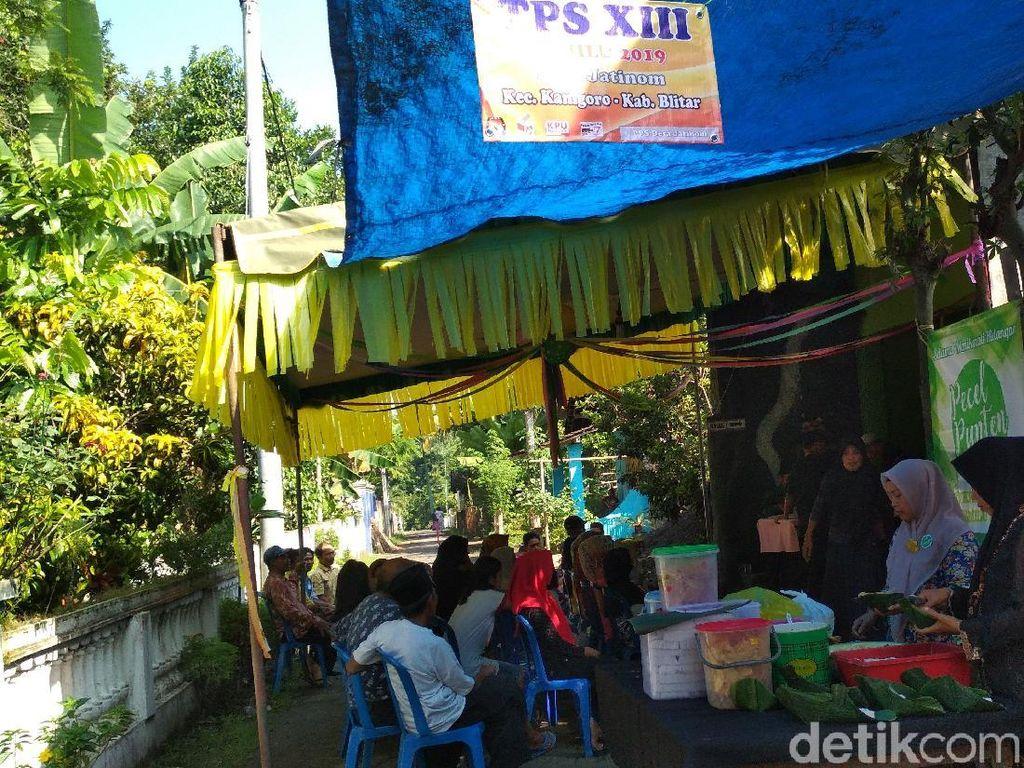 Sukseskan Pemilu, Komunitas Ini Bagi-bagi Pecel di Blitar