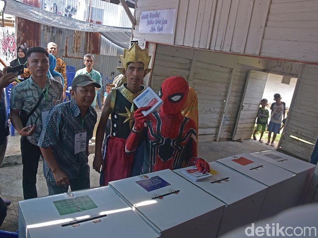 Gatot Kaca dan Spiderman Ikut Nyoblos di Pekanbaru