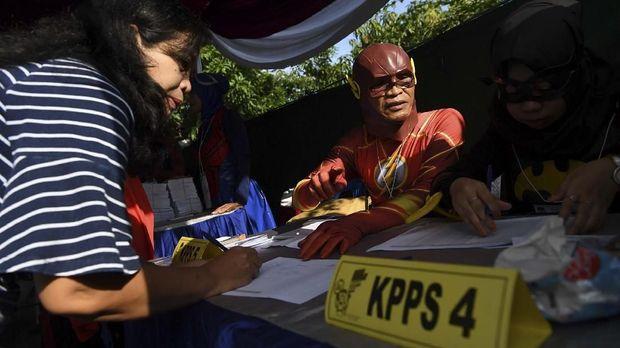 Petugas KPPS melayani warga saat akan memberikan hak suaranya di TPS 5 Pondok Benowo Indah yang bertema super hero di Surabaya, Jawa Timur, Rabu (17/4/2019). ANTARA FOTO/Zabur Karuru/aww.