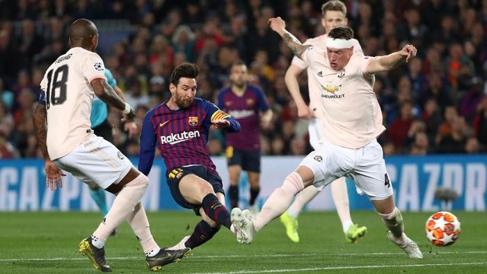 Lionel Messi yang membukukan gol pertama Barcelona. Berawal dari kesalahan Ashley Young, La Pulga membukukan namanya di papan skor pada menit ke-16. (Foto: Sergio Perez/Reuters)