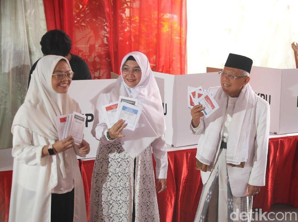 Pakai Tunik Renda, Istri Maruf Amin Ikut Putihkan TPS saat Nyoblos