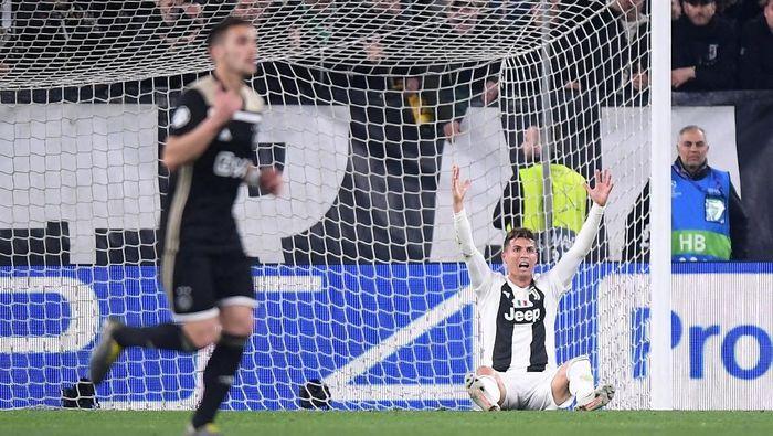 Momen di mana Cristiano Ronaldo (kanan) terjatuh saat melawan Ajax Amsterdam. Juventus kalah 1-2 dari Ajax di leg kedua perempatfinal Liga Champions dan gagal ke semifinal. Foto: Alberto Lingria/Reuters