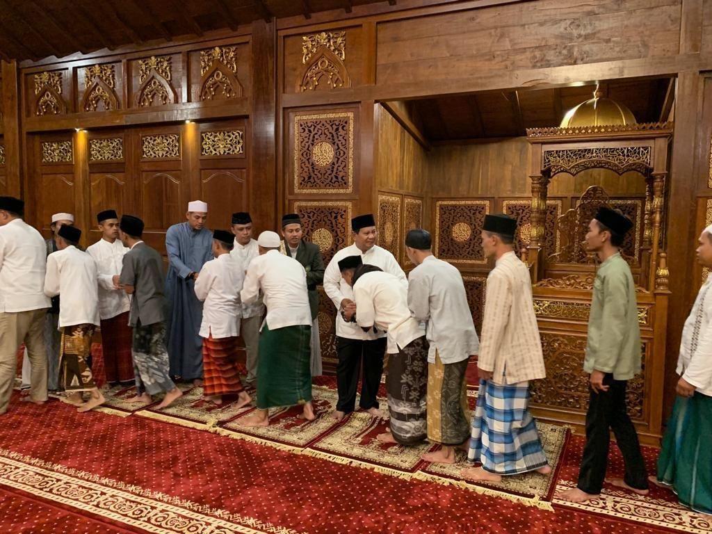Awali Hari Pencoblosan, Prabowo Salat Subuh Berjamaah di Rumahnya