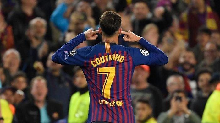 Philippe Coutinho merayakan selebrasi gol ke gawang Man United dengan menutup kedua telinganya. (Foto: Lluis Gene / AFP)