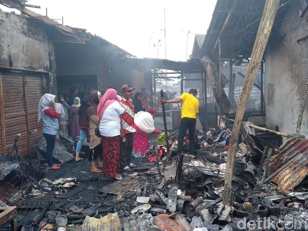 Masih Ada Titik Api di Tengah Sisa Kebakaran Pasar Lawang