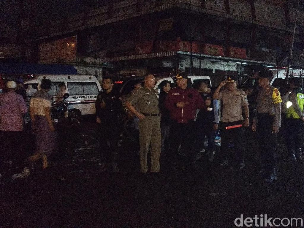 Dua Peleton Personel Gabungan Amankan Kebakaran Pasar Lawang