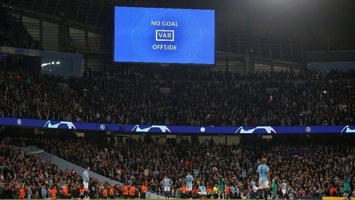VAR saat membatalkan gol Manchester City ke gawang Tottenham Hotspur, yang membuat The Citizen tersingkir dari Liga Champions. (Foto: Andrew Yates/Reuters)
