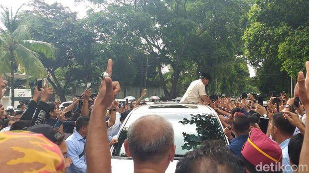 Tiba di Rumah Kertanegara, Prabowo Disambut Teriakan Pendukung