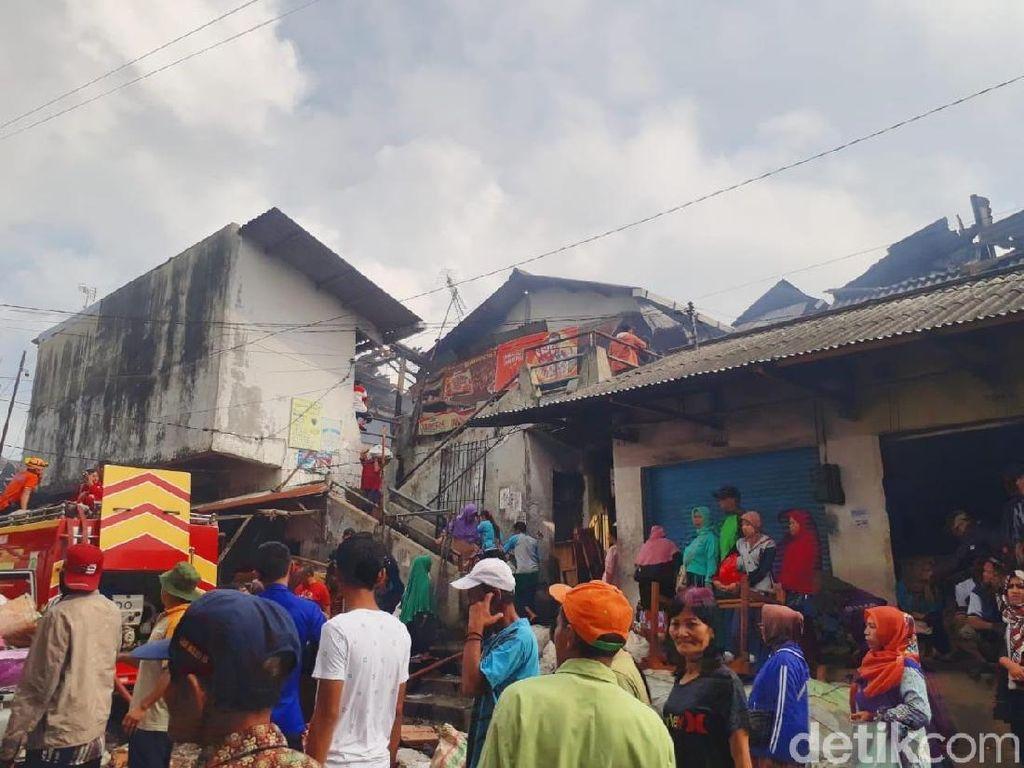Pedagang Pasar Lawang Mengais Barang-barang Pascakebakaran