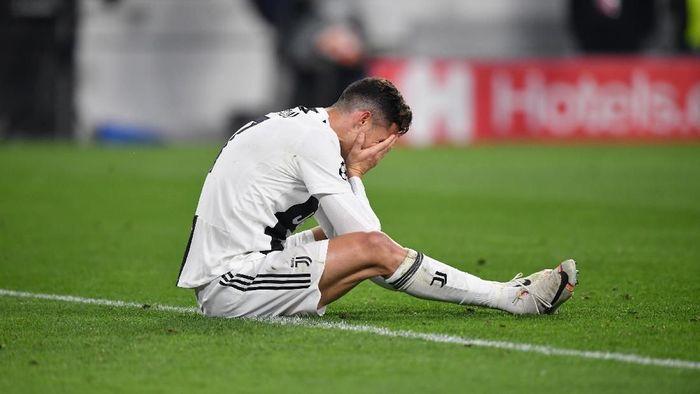 Cristiano Ronaldo amat terpukul setelah Juventus tersingkir di perempatfinal Liga Champions. (Foto: Stuart Franklin / Getty Images)